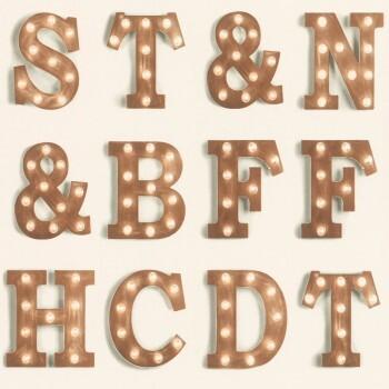Kupfer Buchstaben Vliestapete Mädchen